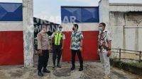 Polisi mendatangi PT Venezia Footware di Bareng, Jombang. KabarJombang.com/Daniel Eko/