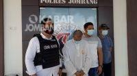 DK saat diamankan petugas Satreskoba Polres Jombang. KabarJombang.com/Diana Kusuma/