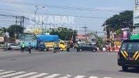Pengalihan arus lalu lintas di Perempatan Jomplangan Jombang. KabarJombang.com/Daniel Eko/