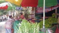 Lapak penjual kembang di Jalan R.E Martadinata, Jombang. KabarJombang.com/Daniel Eko/