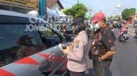Petugas kepolisian di pos penyeketan Mojoagung sedang melakukan operasi. KabarJombang.com/Daniel Eko/