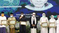 Gubernur Jatim Khofifah Indar Parawansah (ketiga kanan) saat menghadiri Haul KH Abdul Wahab Chasbullah ke-50 yang digelar di Masjid Jami' kawasan Ponpes Bahrul Ulum, pada Selasa, 22 Juni 2021 lalu. KabarJombang.com/Istimewa/