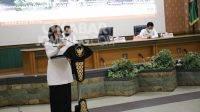 Bupati Mundjidah Wahab, saat sosialisasi petunjuk teknis pelaksanaan bantuan keuangan khusus untuk desa bidang sarana dan prasarana di ruang Bung Tomo Pemerintah Kabupaten Jombang, Rabu (9/06/2021).