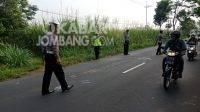 Polisi melakukan olah TKP kecelakaan di Pulorejo, Ngoro, Kabupaten Jombang.