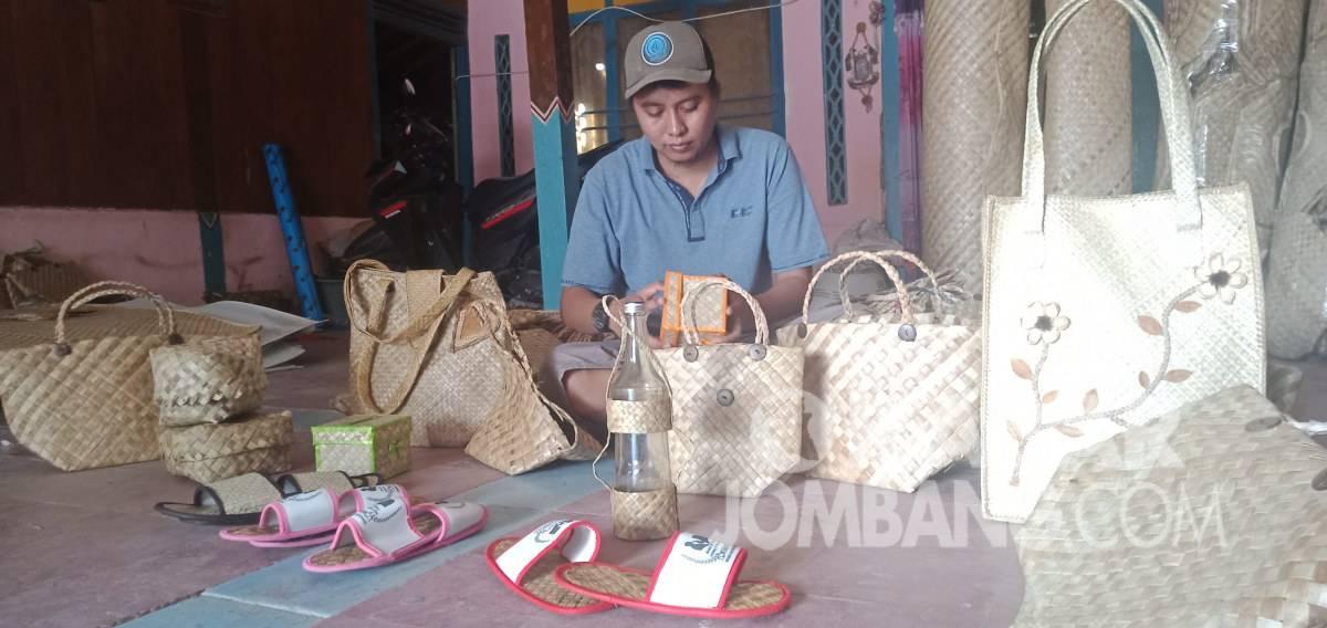 Nurhadi menyelesaikan pembuatan tas dari daun pandan di Kabuh, Kabupaten Jombang. Kabarjombang.com/M Fa'iz/