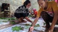 Pewarnaan kain dengan teknik ecoprint di Wonosalam, Jombang. Kabarjombang.com/Istigar Prana/