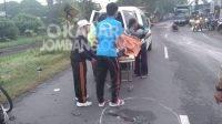 Korban kecelakaan di jalan raya Janti Mojoagung, Jombang saat dievakuasi petugas. KabarJombang.com/istimewa/
