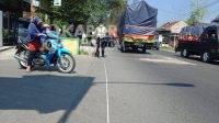 Petugas saat olah TKP kecelakaan di Jalan Raya Dusun Ngrawan, Pesantren, Tembelang, Jombang.