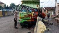 Truk bermuatan galon menabrak pembatas flyover Peterongan, Kabupaten Jombang. KabarJombang.com/M Faiz H/