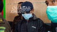 Solahudin (bertopi) tersangka kasus korupsi pupuk bersubsidi tahun 2019 saat ditahan Kejari Jombang. KabarJombang.com/Diana Kusuma Negara/