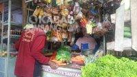 Penjual kebutuhan pokok di pasar pon Jombang. KabarJombang.com/Daniel Eko/