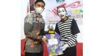 Siswa tuna rungu wicara M. Nizar Abdilah (kanan) mendapat juara 2 Pantomim tingkat SMPLB/SMALB dalam ajang Festival Lomba Seni Siswa Nasional (FLS2N). KabarJombang.com/Istimewa/