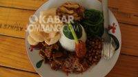 Menu nasi campur bali di warung Pak Man Jombang. Kabarjombang.com/Daniel Eko/