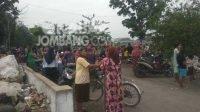Warga memenuhi lokasi penemuan mayat bayi di Kendalsari, Kecamatan Sumobito. Kabarjombang.com/Muji Lestari/