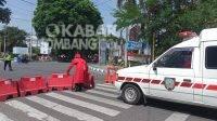 Mobil ambulance nampak kebingungan memasuki jalan utama dan harus menggeser penyekat jalan. Kabarjombang.com/Daniel Eko/