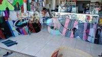 Berbagai jenis layangan yang dijual Ega. KabarJombang.com/Diana Kusuma/