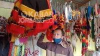 Hartono pedagang mainan jaranan di Ploso menunggu pembeli, Jumat (30/7/2021). KabarJombang.com/M Faiz H/