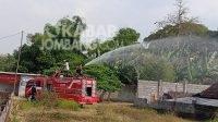enyemprotan disinfektan melalui mobil damkar di Desa Sambong, Jumat (30/7/2021). KabarJombang.com/Daniel Eko/
