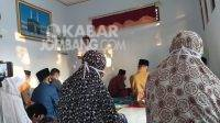 Keluarga Mustafidz saat melakukan sholat Idul Adha dir umahnya. KabarJombang.com/Diana Kusuma/