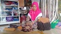 Ria Trans Suci membuat tas makrame di Desa Jelakombo, Kabupaten Jombang. KabarJombang.com/M Faiz H/