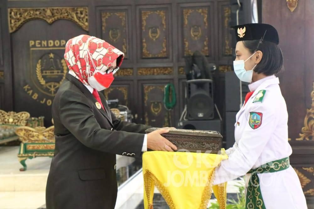 Bupati Jombang menyerahkan Duplikat Bendera Pusaka.