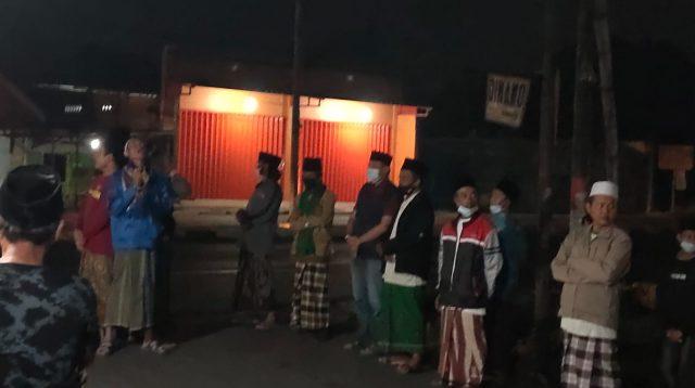 Tengah Malam warga desa Tanggalrejo, Mojoagung, dzikir mengelilingi kampung, Minggu (1/8/2021) dini hari. KabarJombang.com/Istimewa/