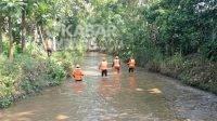Petugas saat melakukan penyisiran korban di sungai Rejoagung, Ngoro, Jombang, Senin (9/8/2021). KabarJombang.com/Istimewa/