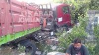 Sopir Mengantuk, Truk Tronton Tabrak Pagar Rumah di Jalan Raya Perak Jombang