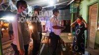 Petugas gabungan saat menggelar patroli penegakan prokes di wilayah Kecamatan Diwek, Jombang, Senin (30/8/2021) malam.