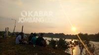Menikmati keindahan matahari terbenam di Brantas Megaluh, Jombang, Minggu (1/8/2021). KabarJombang.com/Diana Kusuma/