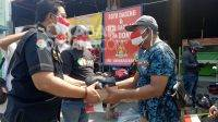 Terdampak PPKM, Satreskoba Polres Jombang Bagikan Sembako ke Pedagang