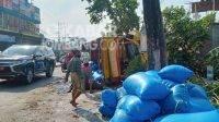 Truk bermuatan garam terguling di Kepuhkembeng, Peterongan, Jombang, Kamis (5/8/2021). KabarJombang.com/M Faiz H/
