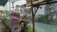 Warga menunjukkan sungai di Peterongan yang tercemar limbah pabrik tahu, Selasa (10/8/2021). KabarJombang.com/M Fa'iz H/