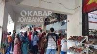 Calon pembeli antre di toko emas Pasar Citra Niaga Kabupaten Jombang, Senin (30/8/2021). KabarJombang.com/Daniel Eko/