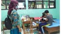Pelajar Jombang rawat dua adiknya di tempat isolasi terpusat Mojowarno.