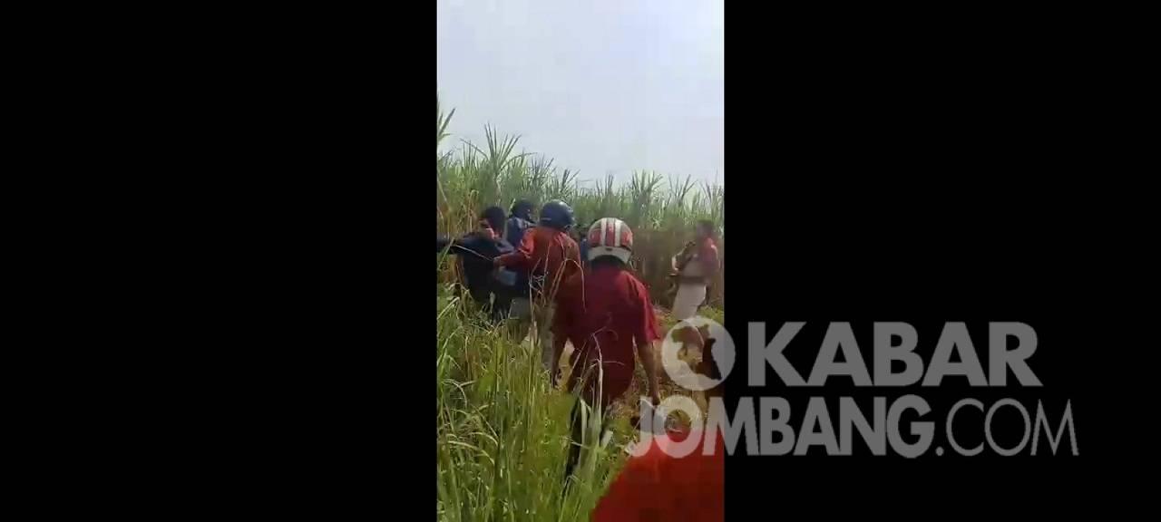 Pelaku pembunuhan pemuda asal Desa Mancilan, Kecamatan Mojoagung, Jombang tertangkap di makam kuburan 1 Temon, Trowulan, Kabupaten Mojokerto, Jumat (27/8/2021). Pelaku ternyata baru keluar lapas seminggu lalu karena kasus penjambretan.