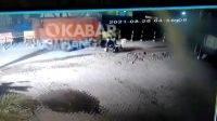 Terekam CCTV penumpang sepeda motor tewas terlindas truk di jalan raya Ploso, Kabupaten Jombang.
