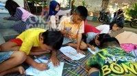 Anak-anak mengambar di perpustakaan kampung Dusun Dukuhsari, Desa Janti, Kecamatan Mojoagung, Kabupaten Jombang, Kamis (19/8/2021). KabarJombang.com/M Faiz H/