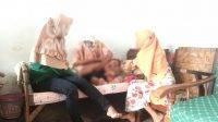 Mbah Temu, memijat bayi di rumahnya Mancilan Mojoagung, Jombang, Kamis (19/8/2021). KabarJombang.com/Ziyadul Imaniyah/