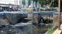 Sungai Gude Ploso di Tambakrejo, Jombang berubah warna menjadi hitam diduga tercemar limbah pabrik gula Djombang Baru. KabarJombang.com/M Faiz H/