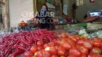 Pedagang menunggu pembeli sayur di pasar Peterongan, Jombang, Rabu (4/8/2021). KabarJombang.com/M Faiz H/