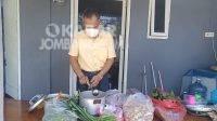 Penyintas covid-19 meracik jamu herbal untuk warga isoman di Jombang. KabarJombang.com/Daniel Eko/