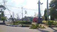 Pohon yang ada di alun-alun Jombang ditebangi, karena akan dilakukan groundbreaking revitalisasi yang menelan anggaran Rp 9,7 miliar. KabarJombang.com/Wayan/