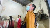 Kepala Lembaga Pemasyarakatan (Kalapas) Jombang, Mahendra Sulaksana gelar pemeriksaan arus listrik di blok-blok hunian. KabarJombang.com/Istimewa/