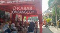 Puluhan tenaga pendidik atau guru antre di bank Jatim cabang Jombang untuk mengurus penggantian kartu ATM, Senin (6/9/2021). KabarJombang.com/M Faiz H/
