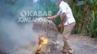 Petugas membakar peralatan judi sabung ayam di Dusun Balongmojo, Desa Gedongombo, Kecamatan Ploso, Kabupaten Jombang.