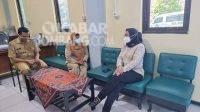 Anggota Dewan Perwakilan Rakyat Republik Indonesia (DPR RI) fraksi PDIP, Sadarestuwati (kanan) saat menyalurkan bantuan Dosis Vaksin melalui Dinas Kesehatan (Dinkes) Jombang, Senin (27/9/2021).