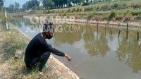 Warga menunjukkan lokasi penemuan mayat di sungai dusun Turipinggir Kecamatan Megaluh Jombang, Rabu (8/9/2021).