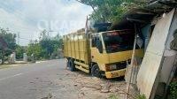 Tampak kondisi truk saat menabrak warung di Dusun/Desa Tanggungan, Kecamatan Gudo, Kabupaten Jombang, Senin (27/9/2021). KabarJombang.com/M Faiz H/