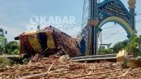 Truk muat tebu terguling setelah menabrak gapura desa Kauman, Kecamatan Kabuh, Kabupaten Jombang, Kamis (2/9/2021). KabarJombang.com/M Faiz H/